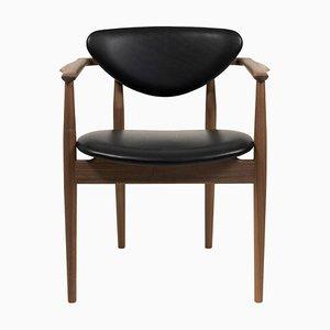 109 Stuhl aus Holz und schwarzem Leder von Finn Juhl