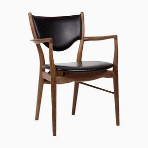 46 Stuhl mit Armlehnen aus Holz und schwarzem Leder von Finn Juhl