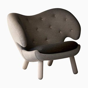 Pelican Chair Stoff und Holz von Finn Juhl