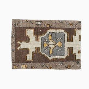 Kleiner handgemachter türkischer Vintage Oushak Teppich oder Fußmatte aus weißer & brauner Wolle