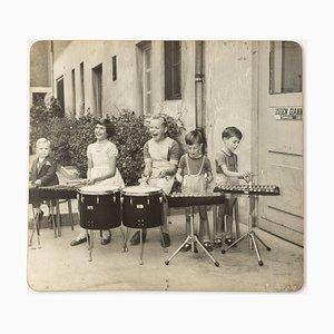 Drumming Kids, Black & White Fotografie auf Holzbrett, 1940er