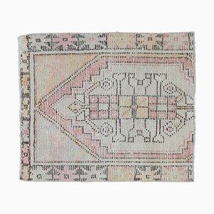Kleiner türkischer handgefertigter geometrischer Vintage Oushak Teppich oder Fußmatte aus verblassener Wolle