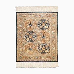 Hereke Teppich aus gemusterter reiner Seide in Dunkelblau mit Feldmuster und Motiv