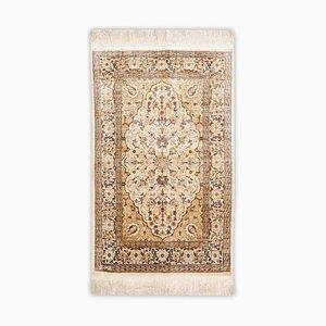 Floraler Hereke Teppich aus reiner Seide in Gold-Beige mit Rand und Medaillon