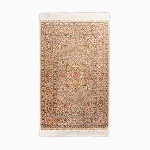 Hereke Teppich aus reiner Seide mit goldenen Fäden, Border und Signatur