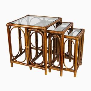 Mesas nido Mid-Century de caña de bambú y vidrio. Juego de 3