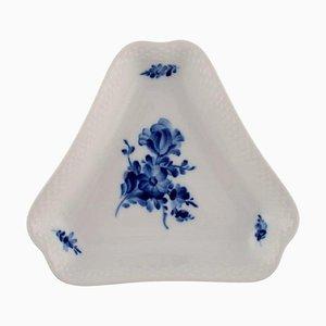 Piatto nr. 10/8278 triangolare con fiori blu di Royal Copenhagen