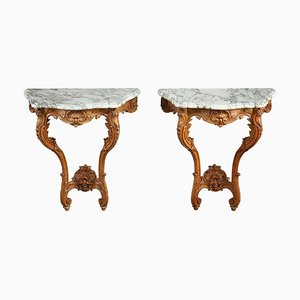 Mesas consola estilo Luis XV con tableros de mármol. Juego de 2
