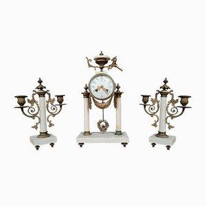 Louis XVI Portico Uhr mit 2-armigen Kandelabern, 3er Set