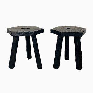 Rustikale italienische Mid-Century dreibeinige Holzhocker mit geschnitzten Kanten, 1960er, 2er Set