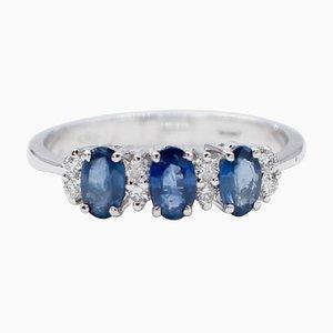 Anello con zaffiri blu, diamanti bianchi e oro bianco a 18 carati