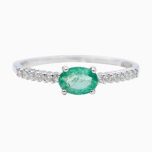 Anello con smeraldo, diamante bianco e oro bianco a 18 carati
