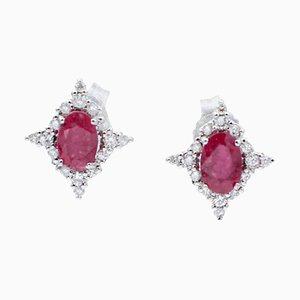 Orecchini a forma di stella con rubini, diamanti bianchi e oro bianco a 18 carati