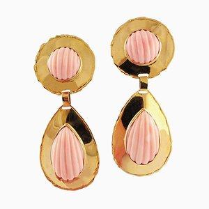 Orecchini pendenti in oro giallo 18k con sfere in corallo rosa incise