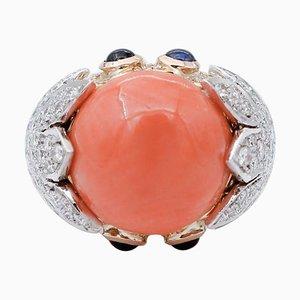 Anello in oro giallo e bianco con diamanti, zaffiri, corallo e 18 carati