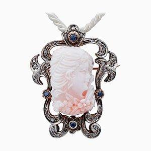 Spilla o ciondolo in corallo, zaffiri, diamanti e oro rosa 14 carati