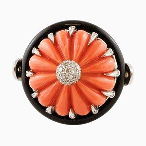 Anello con corallo, diamanti, onice e oro bianco 14K