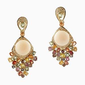 Aretes colgantes de coral, zafiros coloreados, diamantes y oro amarillo. Juego de 2