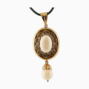 Collana con ciondolo in corallo, diamanti, smeraldo, oro rosa e argento