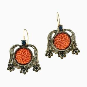 Handgefertigte Ohrringe aus geschnitzter roter Koralle, Diamant, Saphir, 9 Karat Roségold und Silber, 2er Set