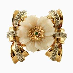 Anello con diamanti, smeraldo, corallo rosa e oro bianco a 14 carati