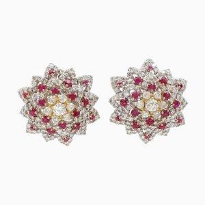Aretes de clip en forma de flor o estrella de diamantes, rubíes y oro blanco y amarillo de 18 quilates. Juego de 2