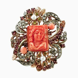 Anillo de diamante, coral rojo grabado, perla, piedra amarilla, granate, oro y plata