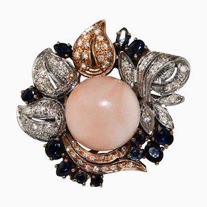 Anello con corallo, zaffiro, diamanti, oro rosa e oro bianco