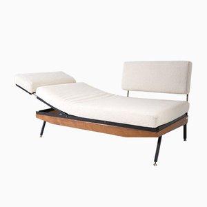 Sofá multifuncional de madera y hierro con puntas de latón y tela Bouclè blanca de Gigi Radice, años 50