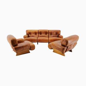 Butacas italianas y sofá de tres plazas de madera y cuero coñac, años 70. Juego de 3