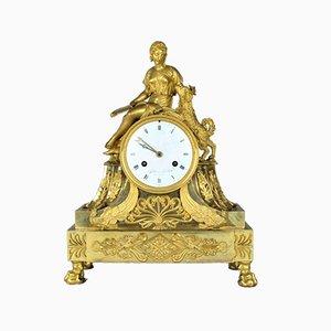 Reloj de bronce dorado que representa a una mujer acariciando a un perro, siglo XVIII