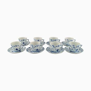 Tazas de café estriadas en azul con platillos de Bing & Grøndahl. Juego de 16