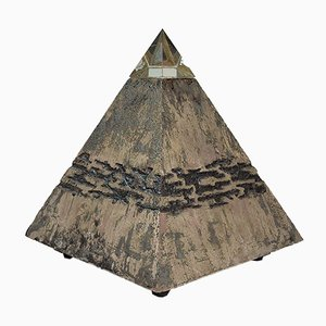 Fulgeri Marco, escultura de pirámide, 2021, terracota y luz LED
