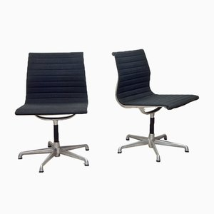Sedia in alluminio di Charles & Ray Eames per ICF Milano & Herman Miller