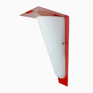 Lámpara de pared Mid-Century de metal acrílico lacado en rojo, años 50