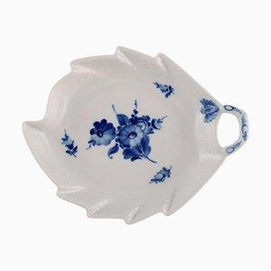 Plato vintage en forma de hoja trenzada de porcelana azul modelo 10/8002 de Royal Copenhagen