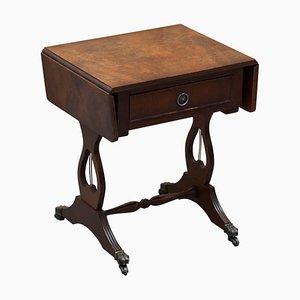 Mesa auxiliar pequeña de madera agrietada
