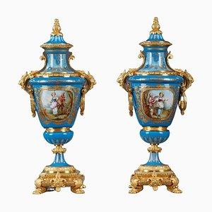 Jarrones cubiertos de porcelana policromada estilo Sèvres. Juego de 2