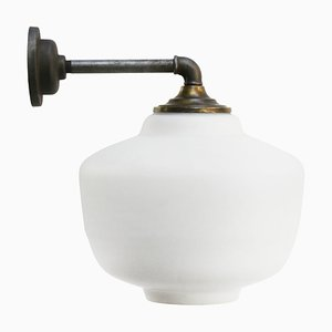Lámpara de pared vintage de opalina blanca, hierro fundido y latón