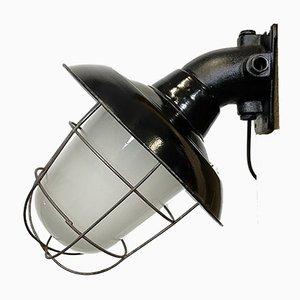 Lámpara de pared industrial de hierro fundido y esmalte negro con rejilla de hierro, años 60