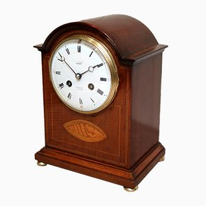 Reloj de repisa eduardiano de caoba con incrustaciones