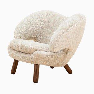 Pelican Stuhl aus Moonlight Skandilock Schafwolle und Holz von Finn Juhl