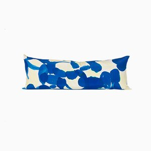 Almohada serpiente Molecule en azul y amarillo de Naomi Clark para Fort Makers