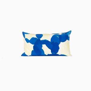 Almohada lumbar Molecule en azul y amarillo de Naomi Clark para Fort Makers
