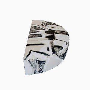 Poggiapiedi a semiluna dipinto bianco e nero di Naomi Clark per Fort Makers