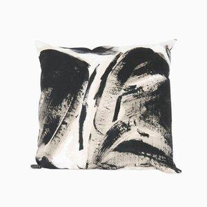 Almohada cuadrada pintada a blanco y negro de Naomi Clark para Fort Makers