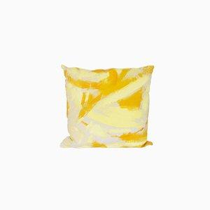 Cojín cuadrado pintado de dos tonos de amarillo de Naomi Clark para Fort Makers