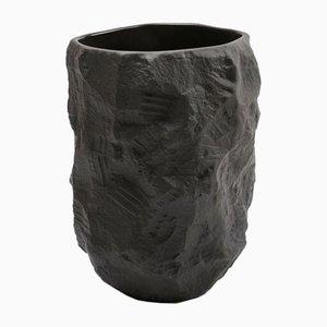 Vaso alto in basalto nero serie Creockery di Max Lamb per 1882 Ltd