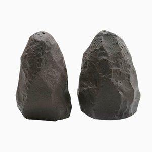 Saliera e pepiera serie Crockery in basalto nero di Max Lamb per 1882 Ltd