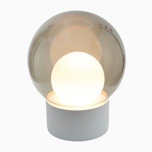 Lampada da terra Medium Boule in vetro opalino grigio fumo con base bianca di Sebastian Herkner per Pulpo & Rosenthal